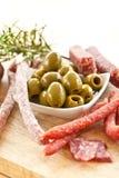 开胃小菜用蒜味咸腊肠和橄榄 免版税库存图片
