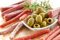 开胃小菜用蒜味咸腊肠和橄榄 免版税库存照片