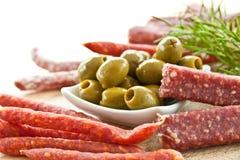 开胃小菜用蒜味咸腊肠和橄榄 库存图片