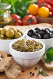 开胃小菜的分类- pesto,橄榄,新鲜蔬菜 免版税库存图片