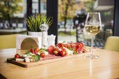 开胃小菜盛肉盘冷盘板材用grissini面包条, PR 免版税图库摄影