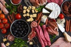 开胃小菜盛肉盘 乳酪和肉开胃菜选择 免版税库存照片
