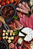 开胃小菜盛肉盘 乳酪和肉开胃菜选择 免版税库存图片