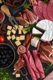 开胃小菜盛肉盘 乳酪和肉开胃菜选择 库存照片