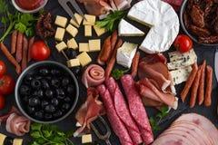 开胃小菜盛肉盘 乳酪和肉开胃菜选择 库存图片