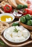 开胃小菜盛肉盘-新鲜的希腊白软干酪,熟食店肉,橄榄 库存图片