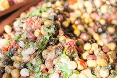 开胃小菜腌制了橄榄和食物在市场碗 免版税库存照片