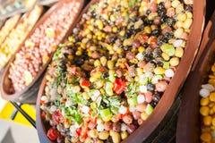 开胃小菜腌制了橄榄和食物在市场碗 免版税图库摄影