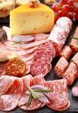 开胃小菜蒜味咸腊肠和干酪承办酒席盛肉盘 免版税库存照片