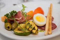 开胃小菜镀与煮沸的鸡蛋 免版税库存照片