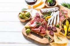 开胃小菜-切的肉,火腿,蒜味咸腊肠,橄榄 库存图片