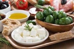 开胃小菜-新鲜的希腊白软干酪、熟食店肉、橄榄和面包 库存图片