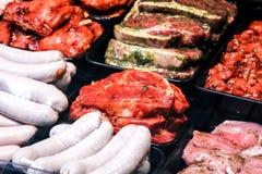 开胃小菜结构的意大利语被治疗的肉类型 蒜味咸腊肠,火腿a 免版税库存照片
