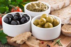 开胃小菜-橄榄、pesto和面包的分类 库存图片