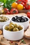 开胃小菜-橄榄、pesto和面包,特写镜头的分类 库存照片