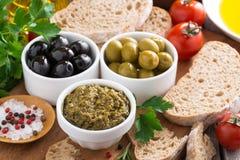 开胃小菜-橄榄、pesto和面包,顶视图的分类 免版税库存图片