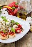 开胃小菜(Bruschetta和希脂乳) 免版税库存图片