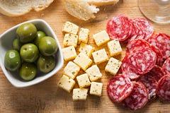 开胃小菜- Nocellara del Belice绿橄榄用软干酪和意大利辣味香肠 图库摄影