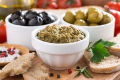 开胃小菜- pesto、橄榄、菜和面包的分类 库存照片
