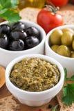 开胃小菜- pesto、橄榄和菜的分类 库存图片