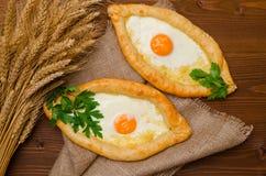 开胃开放饼用乳酪和鸡蛋在麻袋布 免版税库存照片