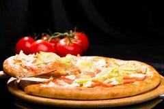 开胃意大利薄饼用蕃茄和圆白菜叶子和sl 库存图片