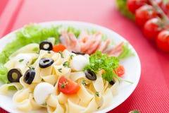 开胃意大利面食用大虾和蕃茄 库存图片