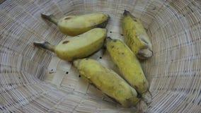 开胃成熟耕种的banaba在竹篮子背景中 免版税库存图片