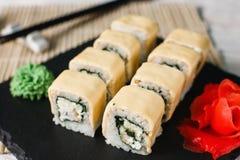 开胃新寿司卷在黑板岩服务 免版税库存照片
