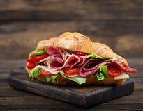 开胃新月形面包用蒜味咸腊肠和,乳酪和蕃茄 图库摄影