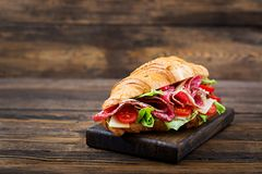 开胃新月形面包用蒜味咸腊肠和,乳酪和蕃茄 库存图片