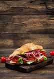 开胃新月形面包用蒜味咸腊肠和,乳酪和蕃茄 库存照片
