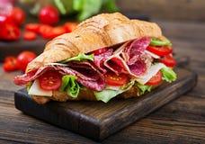 开胃新月形面包用蒜味咸腊肠和,乳酪和蕃茄 免版税库存照片