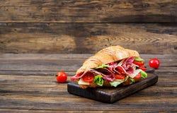 开胃新月形面包用蒜味咸腊肠和,乳酪和蕃茄 免版税库存图片
