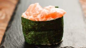 开胃新鲜的寿司maki在黑板岩服务 库存照片