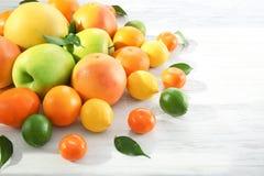 开胃新鲜的柑橘水果和苹果 免版税图库摄影