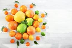 开胃新鲜的柑橘水果和苹果 免版税库存照片