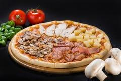 开胃新鲜的薄饼四个季节用烟肉,无盐干酪,别致 库存图片