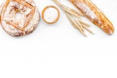 开胃新鲜面包概念 长方形宝石和圆的大面包在麦子的耳朵附近在白色背景顶视图复制空间 库存图片