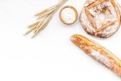 开胃新鲜面包概念 长方形宝石和圆的大面包在麦子的耳朵附近在白色背景顶视图复制空间 免版税库存图片
