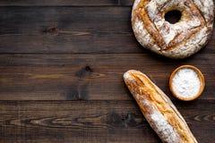 开胃新鲜面包概念 长方形宝石和圆的大面包在黑暗的木背景顶视图复制空间 免版税库存图片