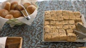 开胃新鲜面包滚动,酥皮点心和蛋糕 免版税图库摄影