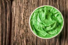 开胃木盆绿色意大利冰淇凌 库存照片