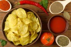 开胃构成:土豆片、蕃茄和辣椒o 免版税库存图片