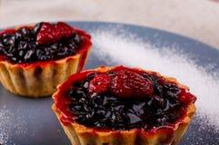 开胃果子馅饼用在一块灰色板材的果酱用搽粉的糖 库存图片