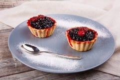 开胃果子馅饼用在一块灰色板材的果酱用搽粉的糖 免版税库存图片