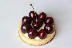 开胃果子馅饼用樱桃在书桌上说谎 库存照片