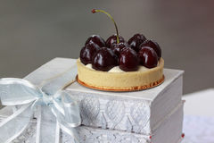 开胃果子馅饼用樱桃洒与搽粉的糖 库存照片