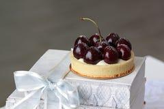 开胃果子馅饼用樱桃洒与搽粉的糖 免版税图库摄影