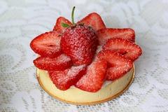 开胃果子馅饼用草莓洒与搽粉的糖 库存照片